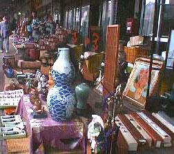 アンティークコレクションを探す、骨董市の写真。